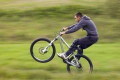 fietser in motie stock foto's
