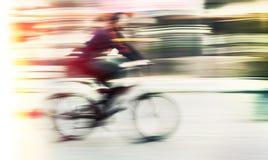 Fietser in motieonduidelijk beeld Stock Fotografie