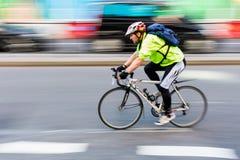 Fietser in motieonduidelijk beeld in het stadsverkeer van Londen, het UK stock foto's