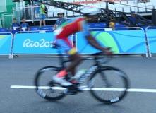 Fietser na het Cirkelen van afwerkingsrio 2016 de Olympische Wegconcurrentie van Rio 2016 Olympische Spelen in Rio de Janeiro Royalty-vrije Stock Fotografie