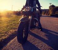 Fietser op een klassieke motorfiets stock afbeelding