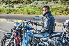 Fietser op een klassieke motorfiets royalty-vrije stock fotografie