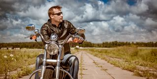 Fietser op een motorfiets royalty-vrije stock foto's