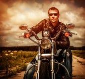 Fietser op een motorfiets royalty-vrije stock fotografie