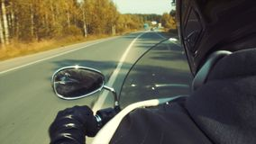 Fietser op motorfiets op de weg Stock Foto