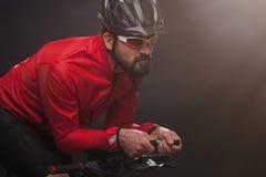 Fietser in rood jasje die de fiets berijden Extreem Sportconcept royalty-vrije stock afbeeldingen