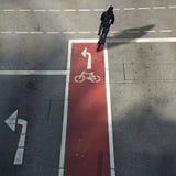 Fietser van erachter op een fietssteeg met symbool en pijl het drijven Royalty-vrije Stock Fotografie