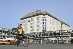 Fietser in Xidan-het winkelen straat, Peking, China Stock Afbeelding