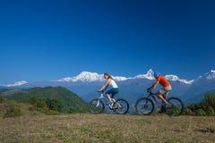 Fietserfamilie in de bergen van Himalayagebergte Royalty-vrije Stock Foto