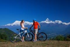 Fietserfamilie in de bergen van Himalayagebergte Stock Afbeeldingen