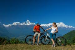 Fietserfamilie in de bergen van Himalayagebergte Royalty-vrije Stock Fotografie