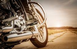 Fietsermeisje dat op een motorfiets berijdt stock afbeelding