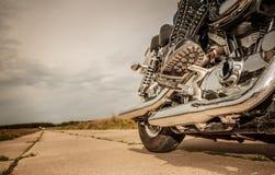 Fietsermeisje dat op een motorfiets berijdt royalty-vrije stock fotografie
