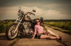 Fietsermeisje en motorfiets royalty-vrije stock afbeelding