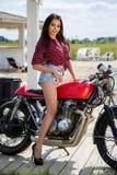 Fietsermeisje op Retro Motorfiets royalty-vrije stock foto