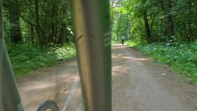 Fietserreizen langs dichtbegroeide groene park en rittenfiets stock video