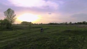 Fietserritten op de de lente groene weide stock video