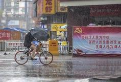 Fietsers in de regen stock fotografie