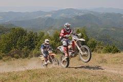 Fietsers die enduromotorfietsen KTM 510 en KTM UITZ. 250 berijden Stock Foto