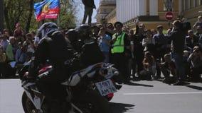 Fietsers en fietsen de parade en toont Nachtwolven MG Rusland stock videobeelden