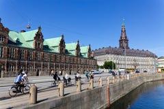 Fietsers langs het kanaal van Kopenhagen royalty-vrije stock foto