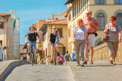 Fietsers op Brug Santa Trinita, Florence, Italië Royalty-vrije Stock Foto