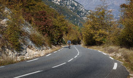 Fietsers op een bergweg in de Alpes Maritimes Stock Fotografie