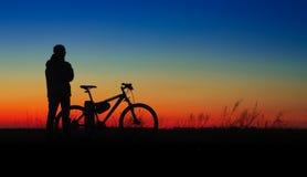 Fietsersilhouet op zonsondergang Royalty-vrije Stock Fotografie