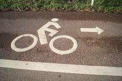 Fietsersymbool op de weg voor slechts fietsers Stock Foto