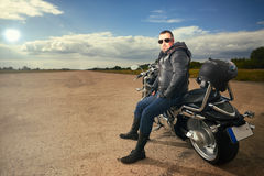 Fietserzitting op een motorfiets royalty-vrije stock afbeeldingen