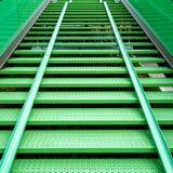 Fietsgoot op een moderne staal groene trap in een fiets st royalty-vrije stock afbeeldingen