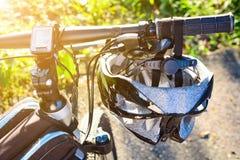 Fietshelm en fiets op de straat royalty-vrije stock foto