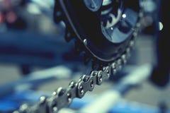 Fietsketting en krukas op wegfiets die wordt geplaatst stock foto