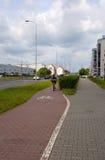 Fietspad met de mens bij de fiets Stock Afbeelding