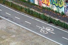 Fietspad op de asfaltweg die wordt getrokken Stegen voor fietsers Verkeersteken en veiligheid cycleway royalty-vrije stock afbeeldingen