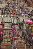 Fietsparkeren in de Finse stad van Jyvaskyla vele fietsen van verschillende kleuren stock foto's