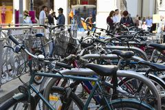 Fietsparkeren in het historische centrum van de stad Fietsen op de straat van Wenen Actieve stedelijke levensstijl royalty-vrije stock afbeeldingen