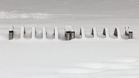 Fietsparkeren met sneeuw wordt behandeld die stock foto's