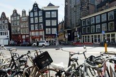 Fietsparkeren op de straat in Amsterdam Royalty-vrije Stock Foto's