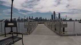 Fietsrit die op Weehawken-pijler Manhattan overzien stock videobeelden