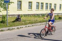 Fietsrit in een Russisch dorp in het Kaluga-gebied Royalty-vrije Stock Afbeeldingen