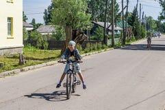 Fietsrit in een Russisch dorp in het Kaluga-gebied Royalty-vrije Stock Afbeelding