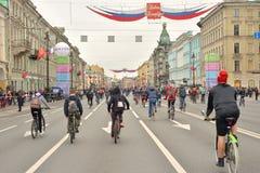 Fietsrit op Nevsky-vooruitzicht stock fotografie