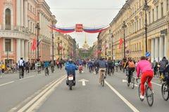 Fietsrit op Nevsky-vooruitzicht stock foto's
