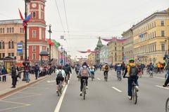 Fietsrit op Nevsky-vooruitzicht royalty-vrije stock fotografie