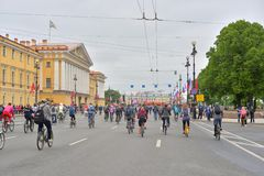 Fietsrit op Nevsky-vooruitzicht stock afbeeldingen