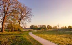 Fietssleep in een Nederlands landschap tijdens zonsondergang dichtbij Almelo stock foto's