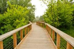 Fietsspoor op een houten brug Royalty-vrije Stock Foto's