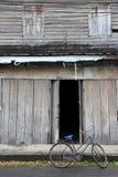 Fietsstaand vistuig en een oud blokhuis Royalty-vrije Stock Foto's