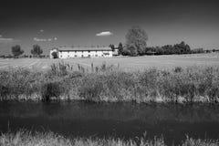 Fietssteeg langs Naviglio van Bereguardo Italië: landbouwbedrijf Royalty-vrije Stock Afbeelding